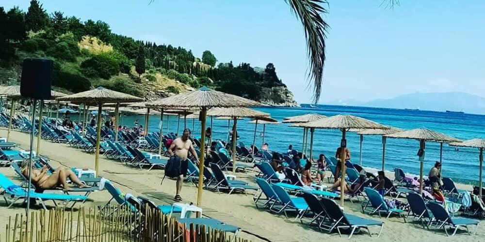ομπρέλες στην παραλία vranas resort